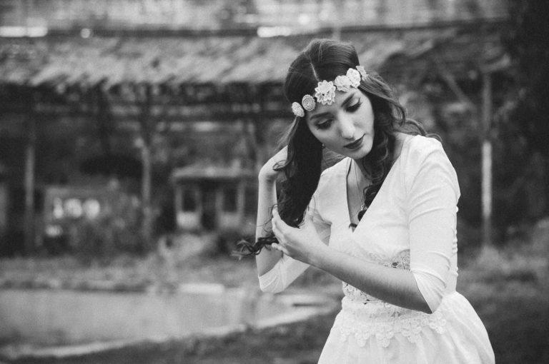 Fotografía en blanco y negro de modelo en su sesión de fotos