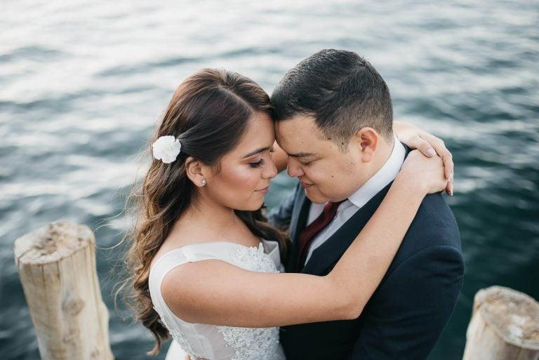 Edgar y Mónica abrazados