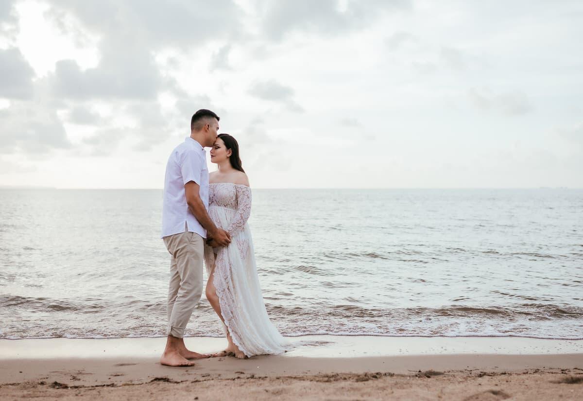 Sesión de fotos de embarazo en la playa