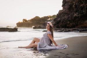 Mujer en fotos en la playa en sesiones de embarazo.