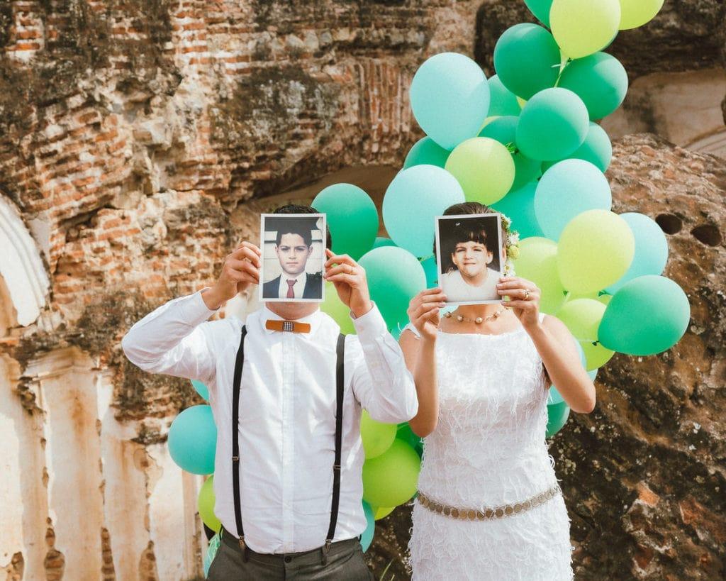 Pareja celebrando con globos en su boda en Antigua guatemala.