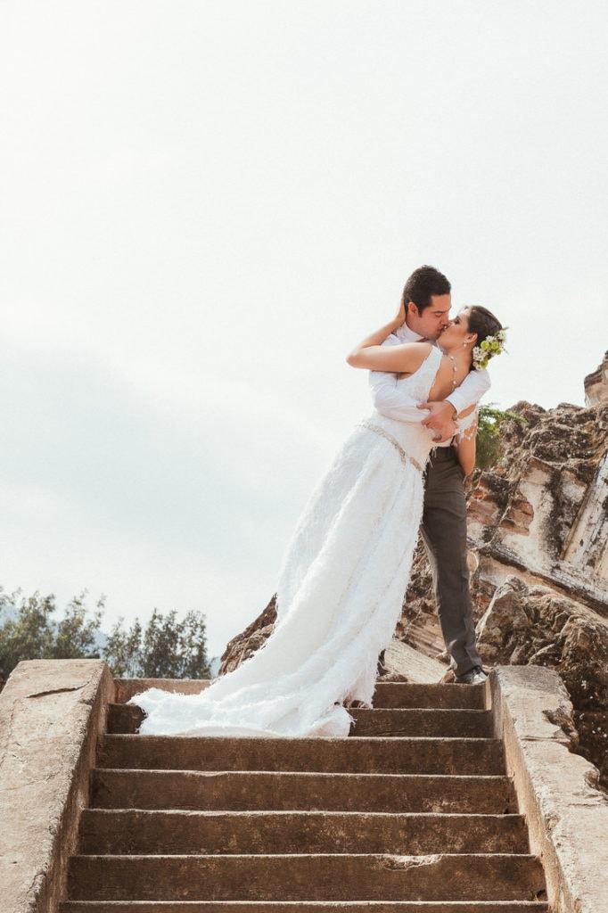 novio besa a novia en su boda en Antigua Guatemala.