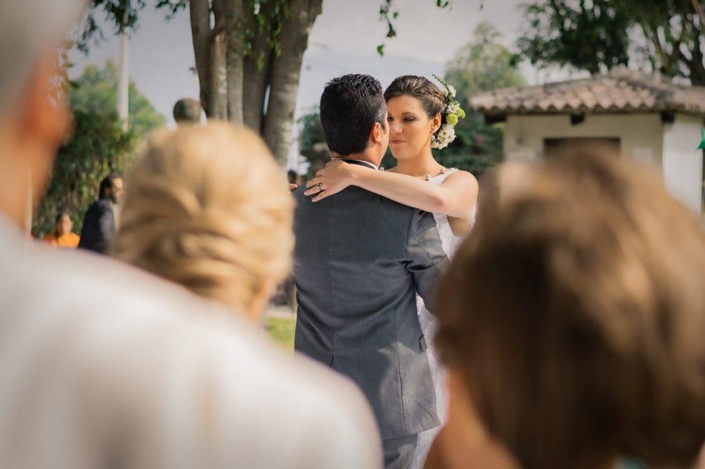 pareja bailando en su boda en Antigua Guatemala.