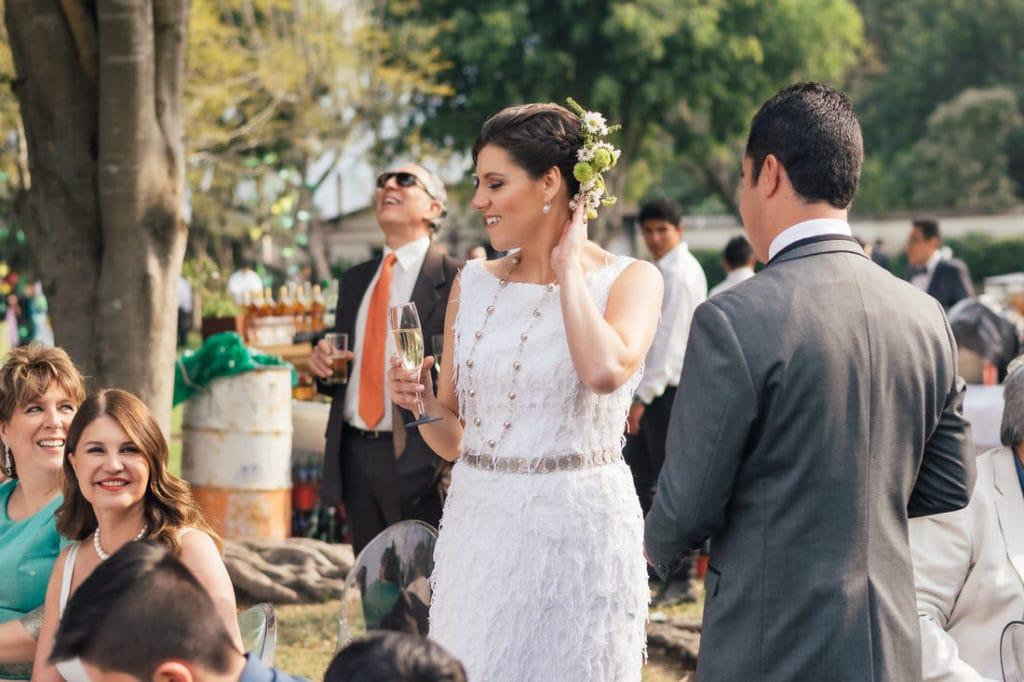 Novia de pie sonriendo en su boda.