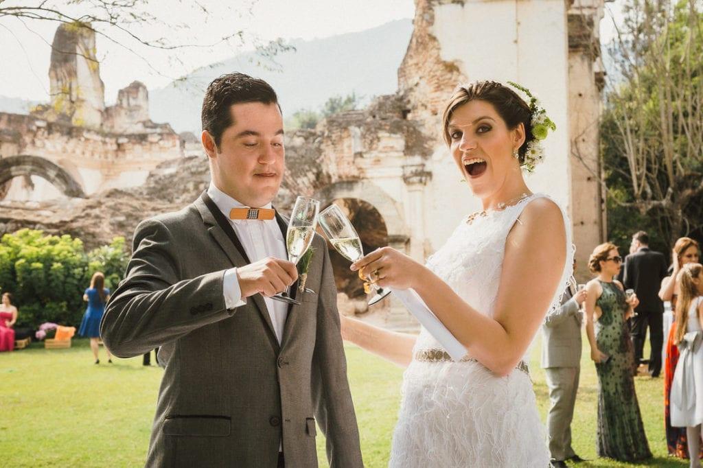 pareja de novios brindando en su boda en Antigua Guatemala.