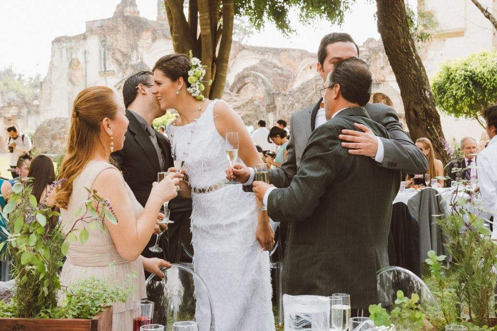 Invitados felicitando a la novia el día de su boda en Antigua Guatemala.