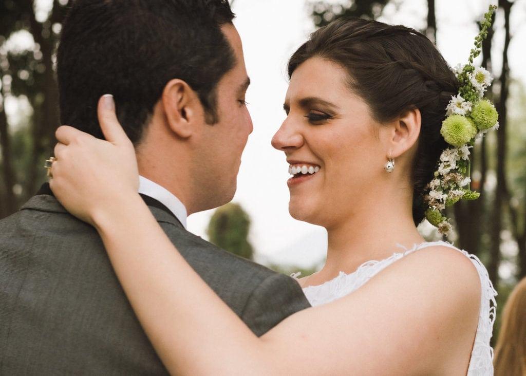 pareja de novios viéndose entre ellos en su boda en Antigua Guatemala.