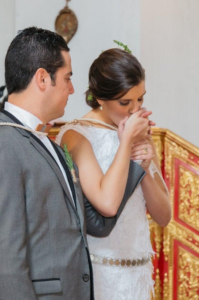 Novia besa mano de novio en su boda en Antigua Guatemala.