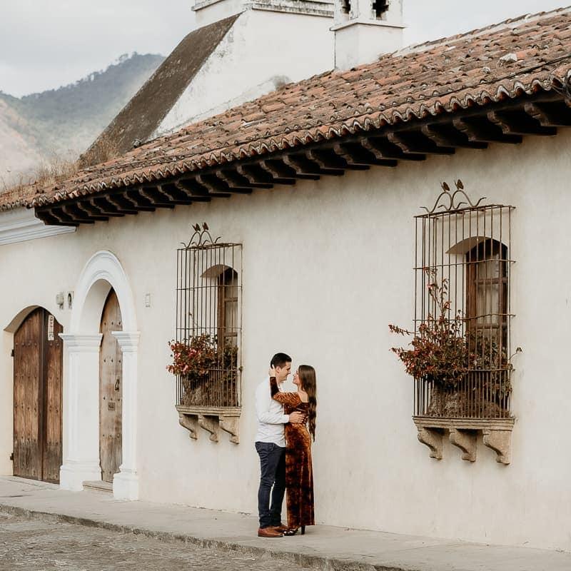 Pareja de novios en su sesión de fotos en Antigua Guatemala.