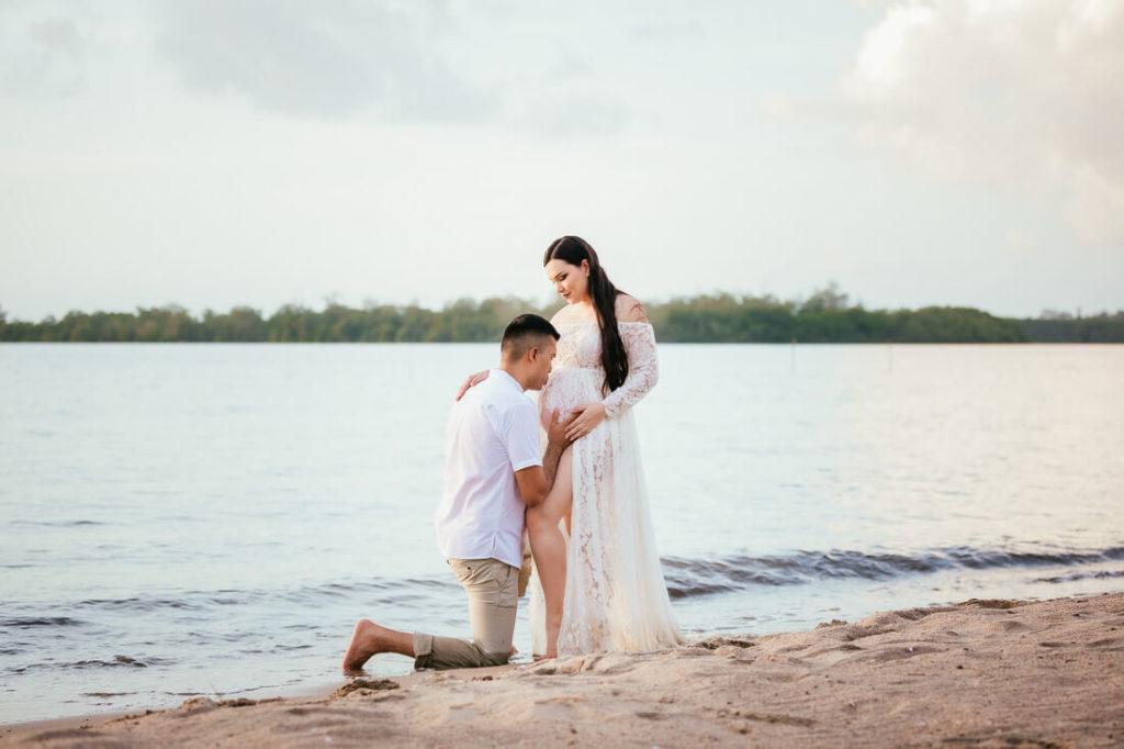 Pareja en sus fotos de embarazo en Amatique bay.