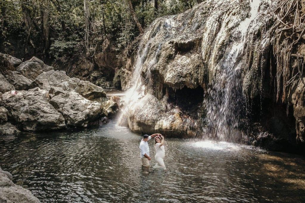 Pareja en su sesión de fotos en Finca El Paraíso.