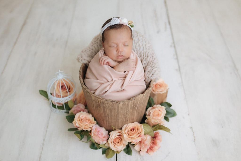 Foto de bebé recién nacido en estudio.