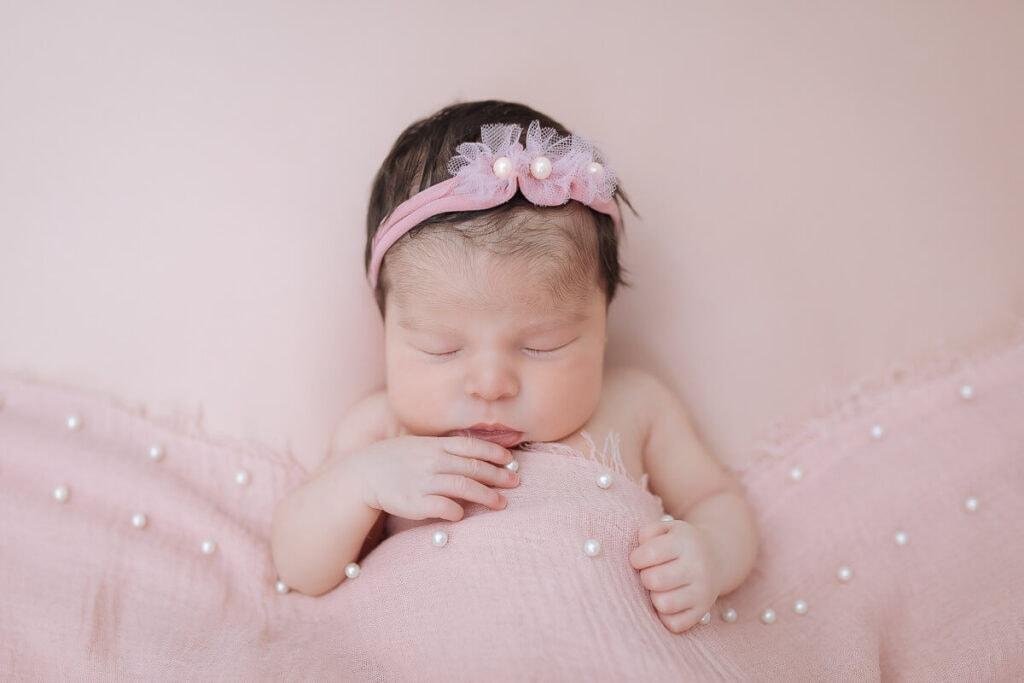 Bebé recién nacida en su sesión de fotos.